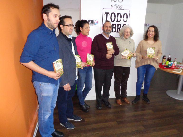 Los editores y algunos colaboradores en la presentaciòn de 'Librélulas'