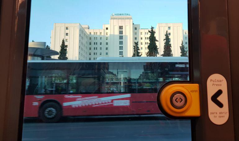 Un autobús urbano de Granada visto desde el interior del metro