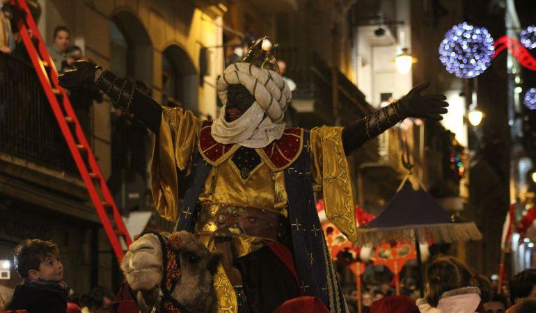 El rey Baltasar y sus cientos de pajes negros son los protagonistas de la cabalgata de Alcoi, que presume de ser la más antigua.