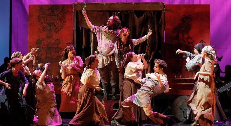 """Un momento del ensayo general del musical """"El Medico"""" basada en el best-seller mundial del mismo nombre de Noah Gordon que se estrenará a nivel mundial en el Palacio de Congresos y Exposiciones de Sevilla."""