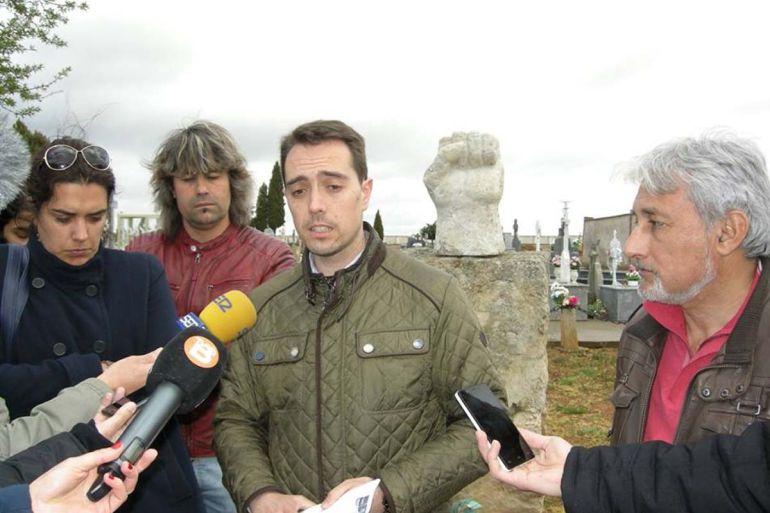 Miembros del Equipo de Gobierno Municipal tras la colocación, en el cementerio de Benavente, del monolito en memeoria de los represaliados por la Dictadura