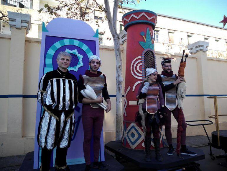 El emisario real, con representantes de compañías teatrales que participarán en la Cabalgata de Reyes, custodiando los buzones reales de Gaspar y Baltasar
