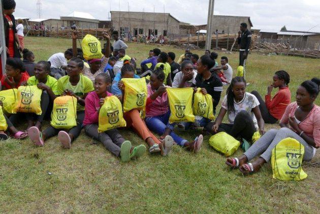 Atletas etíopes con sus bolsas de material donado por Runners for Ethiopia