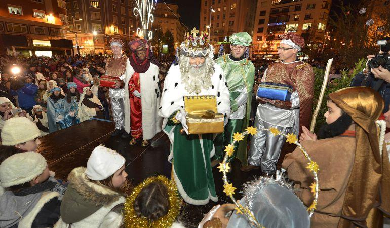 Sus Majestades los Reyes Magos en la plaza del Ayuntamiento de Santander.