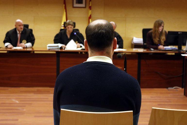 L'expolicia de Tossa durant el judici per distruibuir imatges de menors despullats