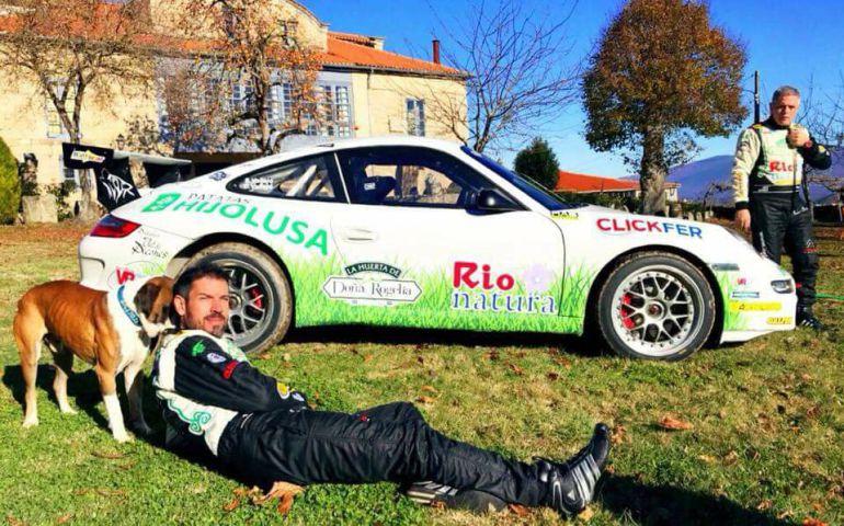 Sergio y Diego Vallejo con el Porsche en el que correrán el Campeonato de España de Rallyes de Tierra