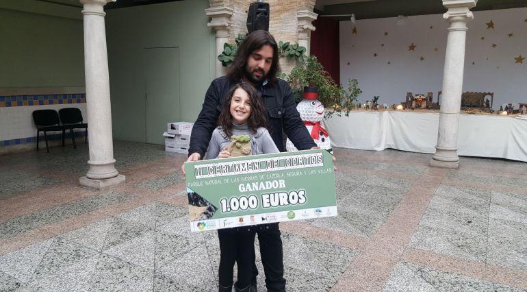 Ricardo López recoje el premio con la joven actriz del corto ganador, María Jara