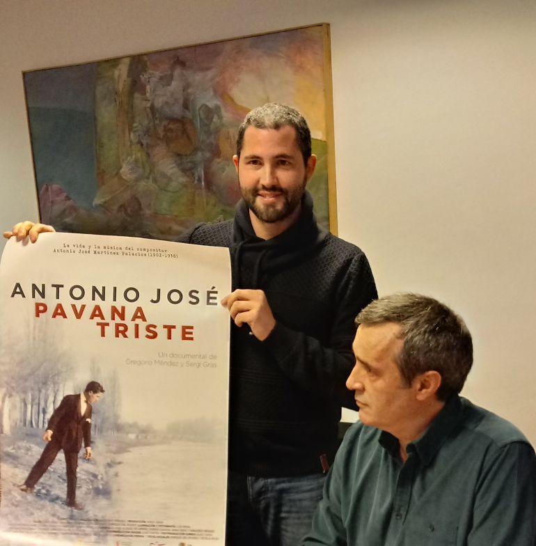 El productor Sergi Gras con el afiche de la película y el director Gregorio Méndez