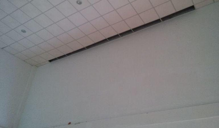 Zona en la que se ha desprendido parte del falso techo del comedor de la Guardería Municipal