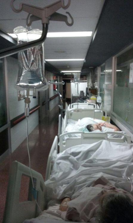 Pacientes hospitalizados en los pasillos de La Arrixaca