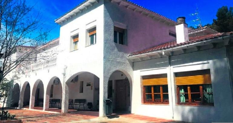 La residencia Peñalta se encuentra en el interior de un recinto cerrado donde existen otros servicios públicos, sobre todo para personas mayores.