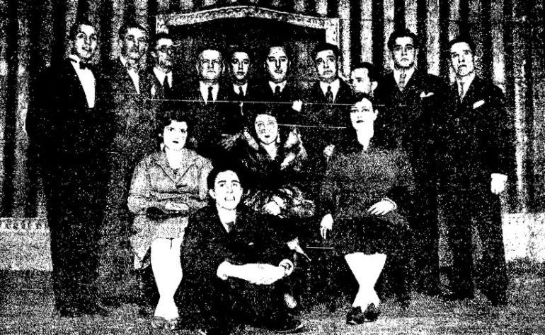 El alcalde de Cuenca, Juan Ramón de Luz, el director de la revista 'Magister' Augusto Martínez de Castro y el colaborador Basiliso Martínez Pérez, junto a actores y aficionados que formaron parte del homenje a Jacinto Benavente celebrado en el Teatro Cervantes de Cuenca el 7 de enero de 1931.