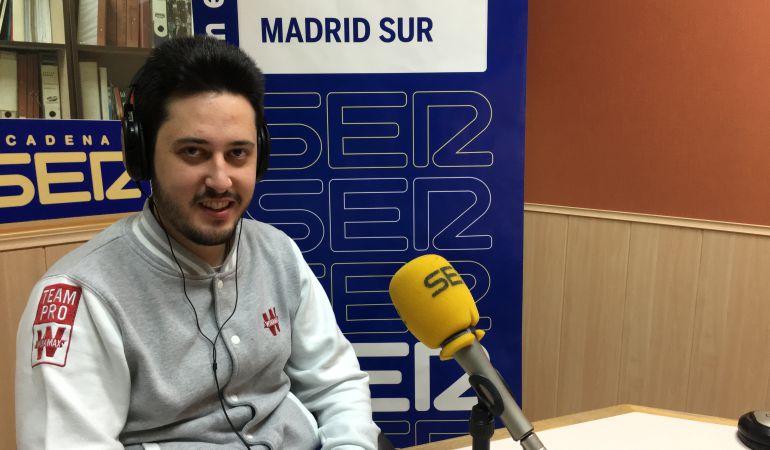 Adrián Mateos en los estudios de la Cadena SER
