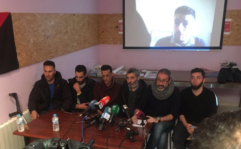 El hermano del fallecido (tercero por la izquierda) junto a representantes de la ONG contraria al uso de la cárcel malagueña como Centro de Internamiento de Extranjeros