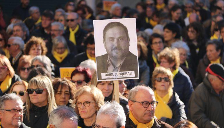 Un cartel con la imagen de Oriol Junqueras en una concentración en Reus