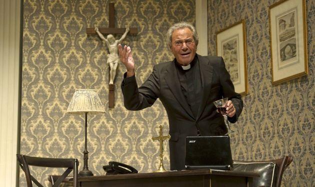 """Arturo Fernandez en una escena de """"Enfrentados"""", de Bill C. Davis"""