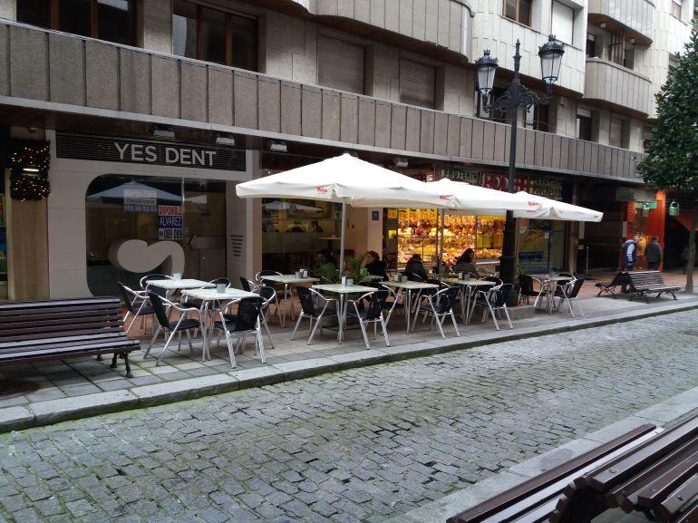 Terrazas en una zona comercial de Oviedo.