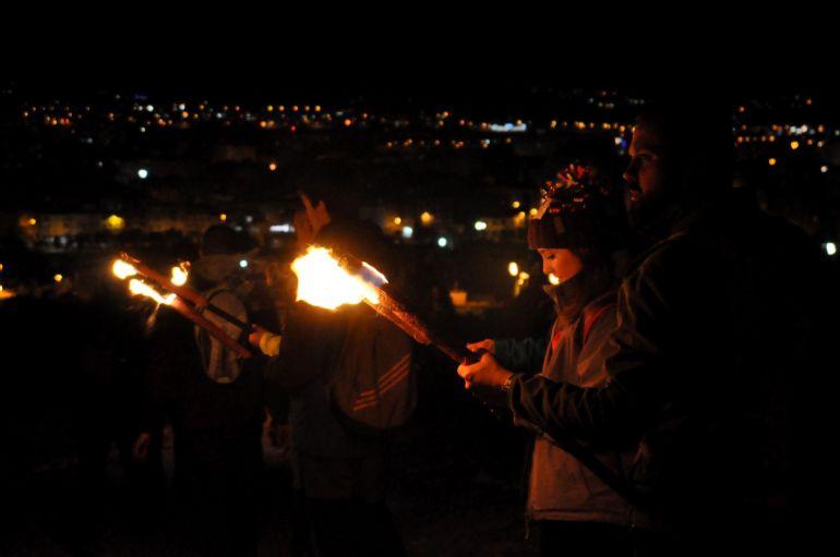 Bajada de antorchas de fuego del Monte Bolón en Elda