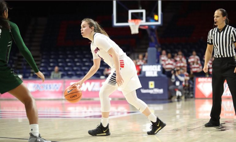 Lucía Alonso dirige los destinos de la Universidad de Arizona de baloncesto.