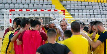 Eloy Alonso, en un tiempo muerto con su equipo del AEL Limassol Futsal