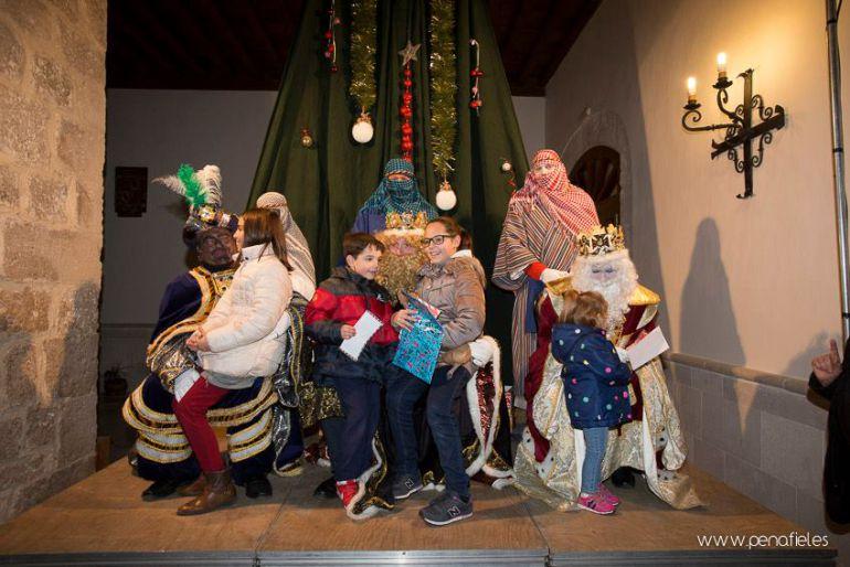 Niños entregando las cartas a los Reyes Magos en el claustro de San Pablo