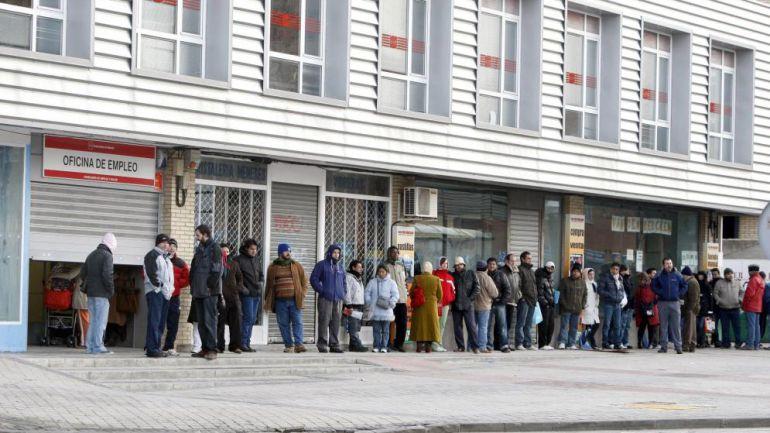 Imagen de la agencia EFE. Una cola de personas aguardan su turno en la oficina del paro.