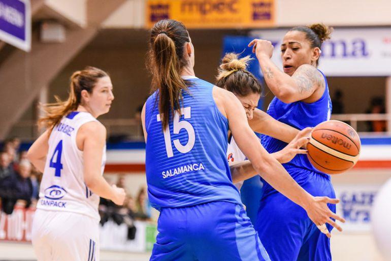 Imagen FIBA. Laura Gil, Erika de Souza y Labuckiene, en acción.
