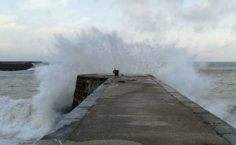 Mueren dos personas en Deba arrastradas al mar por una ola