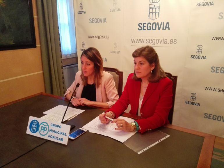 Raquel Fernández, portavoz del GMPP y la concejala Azucena Suárez