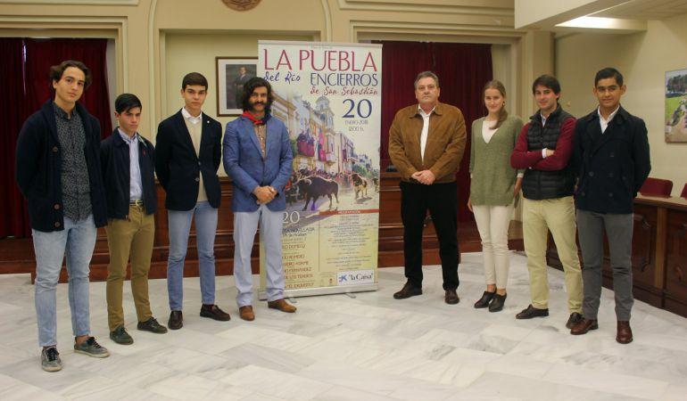 José Antonio 'Morante de la Puebla', a la izquierda del cartel, tras la presentación del cuarto Encierro de San Sebastián