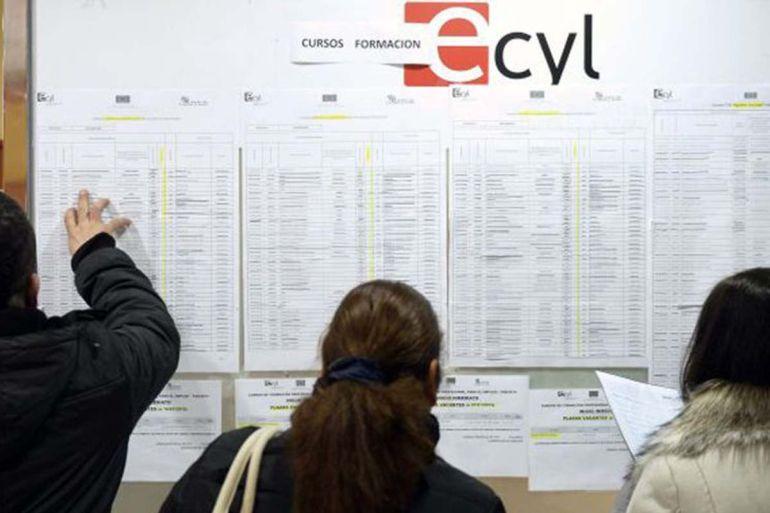 Varias personas consultan un listado en una oficina del ECYL en Valladolid