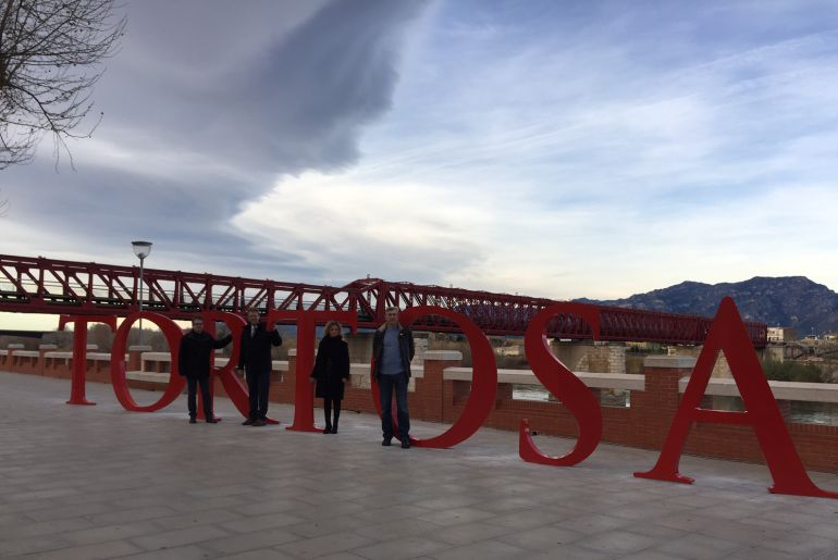 Les lletres tenen una alçada de 1,80 metres i estan ubicades a l'avinguda Felip Pedrell.