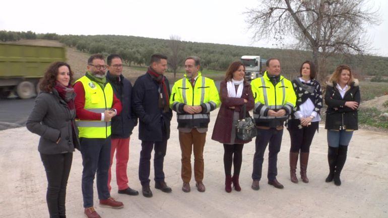Alcaldes y concejales de Peal de Becerro,Torreperogil y Quesada con el Consejero de Fomento, Felipe López en las obras de la A-315
