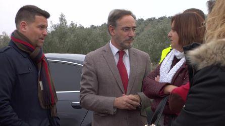 Felipe López habla con la alcaldesa de Peal de Becerro, Ana Dolores Rubia y el alcalde de Torreperogil, José Ruiz