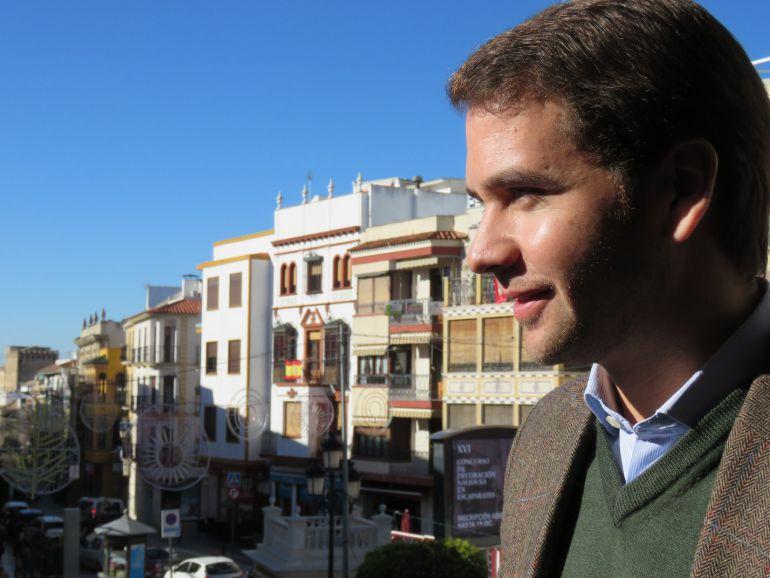 Fernando Priego en el balcón del Ayuntamiento de Cabra