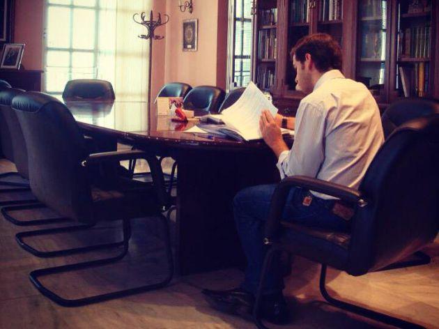 Fernando Priego en su despacho de alcaldía en Cabra