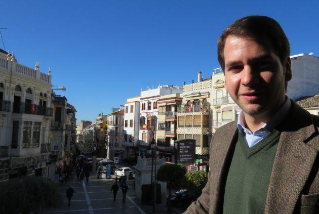 El alcalde de Cabra en el balcón del Ayuntamiento