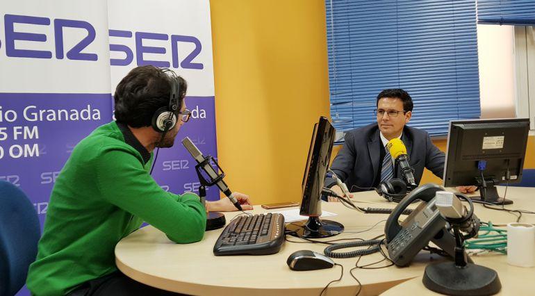 Enrique Árbol entrevista en los estudios de Radio Granada al alcalde de Granada, Paco Cuenca