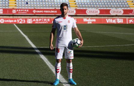 Ángel García se vistó de blanco en su presentación oficial