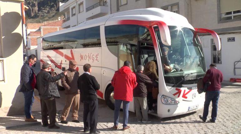 Un autobús completo de hueseños han acompañado al exalcalde de Huesa en el momento de su ingreso en prisión para darle apoyo moral