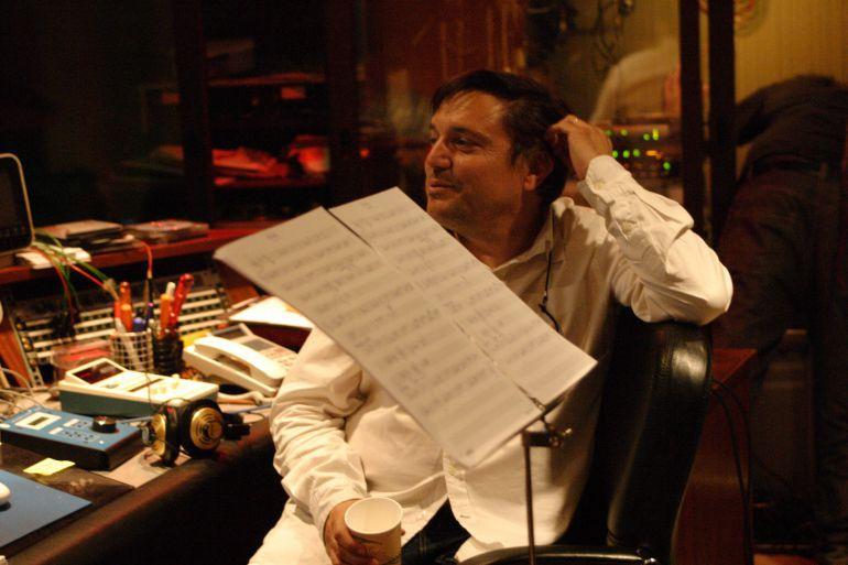 El productor Paco Ortega, trabajando en su estudio