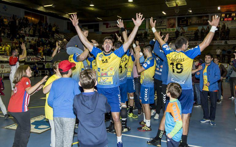 El brasileño (dorsa 14) celebra la victoria ante Nava en el Príncipe de Asturias esta temporada.