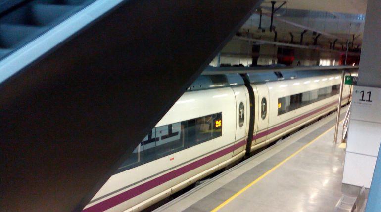 Un AVE aturat a Girona.