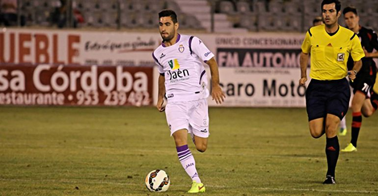 Mario Martos conduce un balón en un partido de su anterior etapa en el Real Jaén CF.
