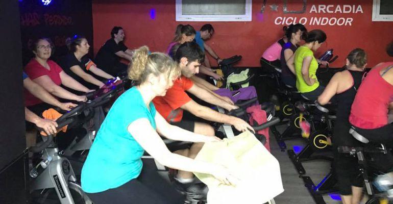 Varias personas participan en una clase de Ciclo Indoor.