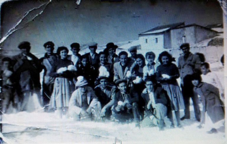 Histórica fotografía de jerezanos posando con bolas de nieve tras la nevada de 1954