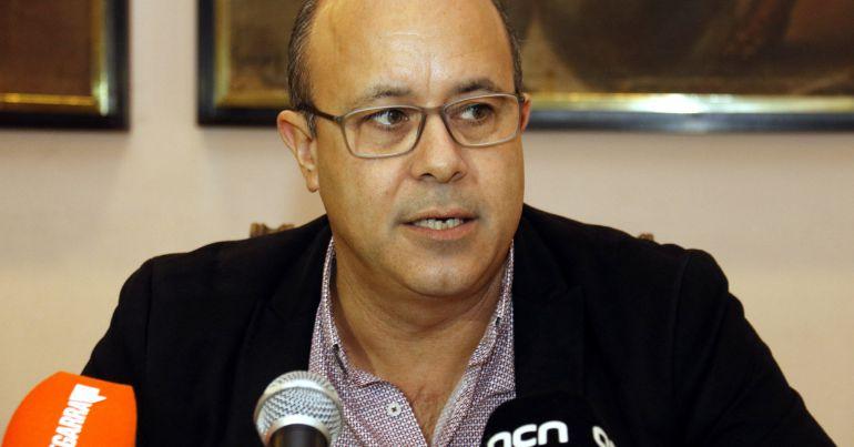 Pla mig de l'alcalde de Cervera, Ramon Royes, durant la roda de premsa on ha anunciat que no es tornarà a presentar a l'alcaldia, el 9 de gener de 2018.