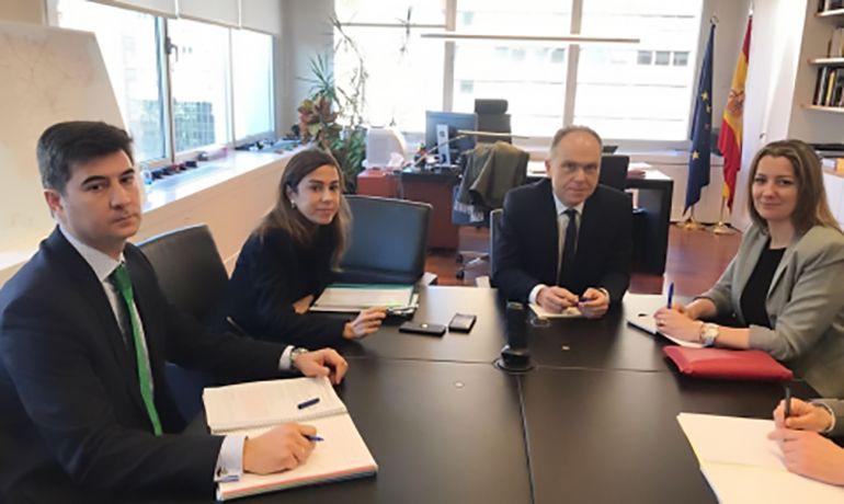 Un momento de la reunión de la alcaldesa, Lara Méndez, con los responsables de ADIF