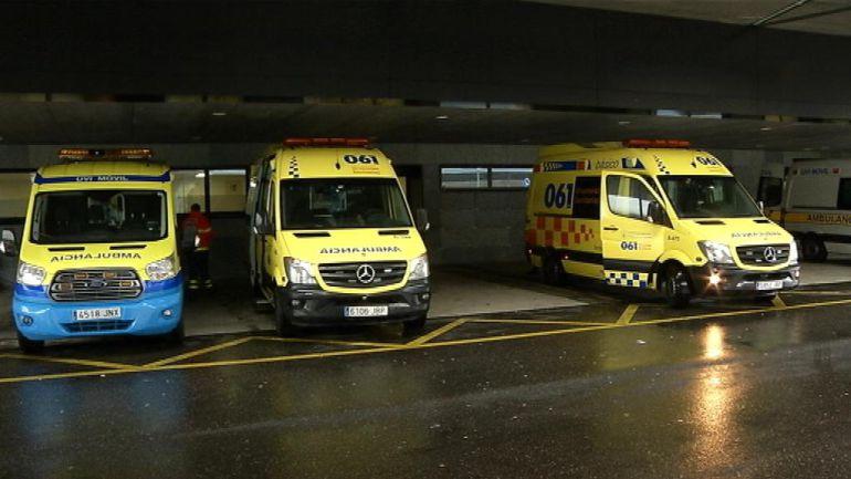 Ambulancias aparcadas a la puerta de las Urgencias.