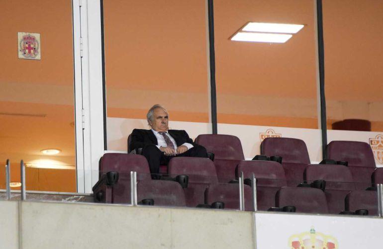 Alfonso García en la soledad del palco.